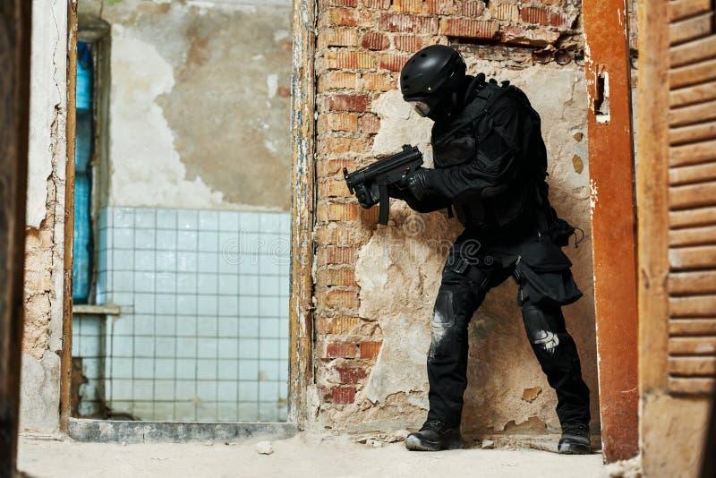 军事产业 特种部队或反暴力恐怖份子的警察战士 免版税库存照片