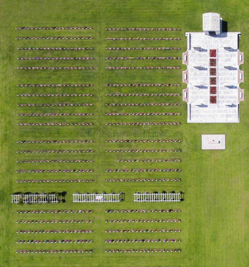 军事公墓的墓碑行的顶视图  免版税库存照片