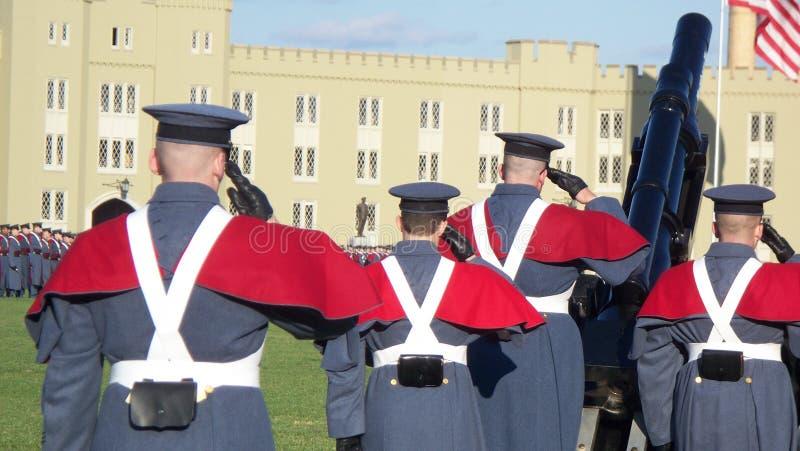 军事军校学生致敬 免版税库存照片