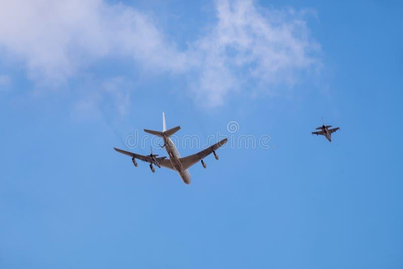 军事加油机refueler和喷气式歼击机飞行在天空蔚蓝背景 库存照片