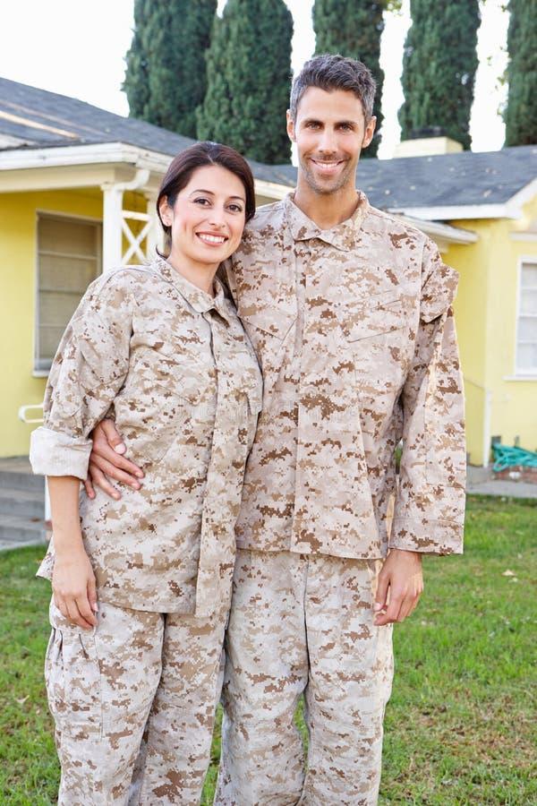军事夫妇在一致的常设外部议院里 库存照片