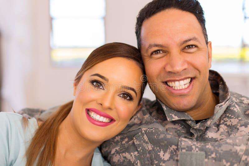 军事夫妇坐的沙发 库存照片