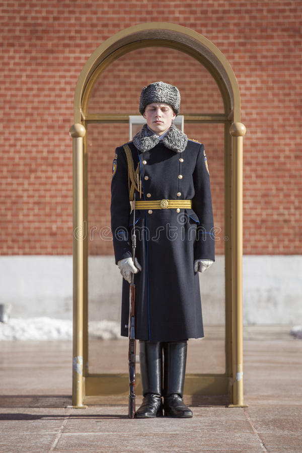 军事学生在卫兵的岗亭站立以纪念无名战士和永恒火焰的坟墓在莫斯科 库存照片