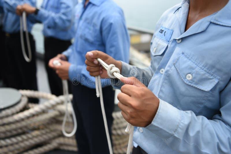 军事学生训练栓在海军舰的绳索 库存图片