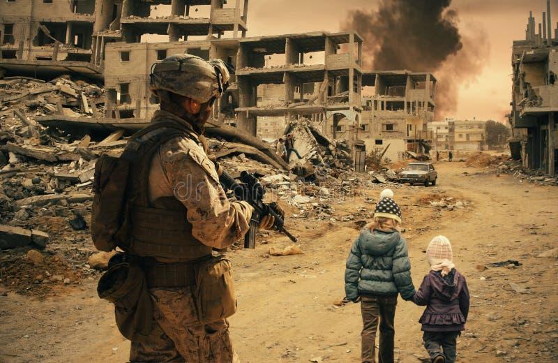 军事战士跟随两个无家可归的女孩 免版税库存图片