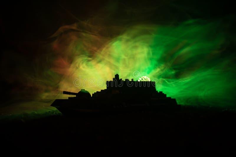 军事战舰剪影在黑暗的有雾的被定调子的天空背景的 库存图片