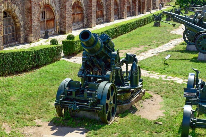 军事教规和坦克在Kalemegdan堡垒作为军事博物馆-贝尔格莱德塞尔维亚的部分 图库摄影