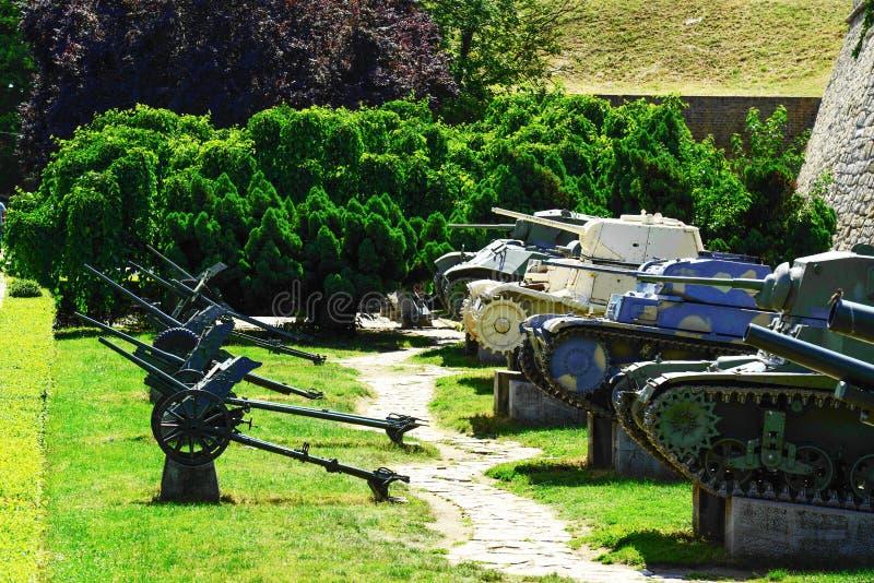 军事教规和坦克在Kalemegdan堡垒作为军事博物馆-贝尔格莱德塞尔维亚的部分 库存图片