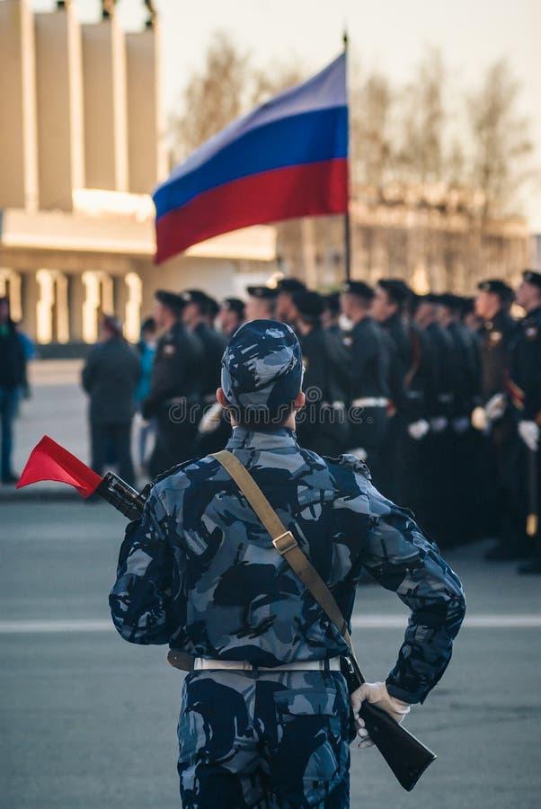 军事游行和俄国旗子 免版税库存照片