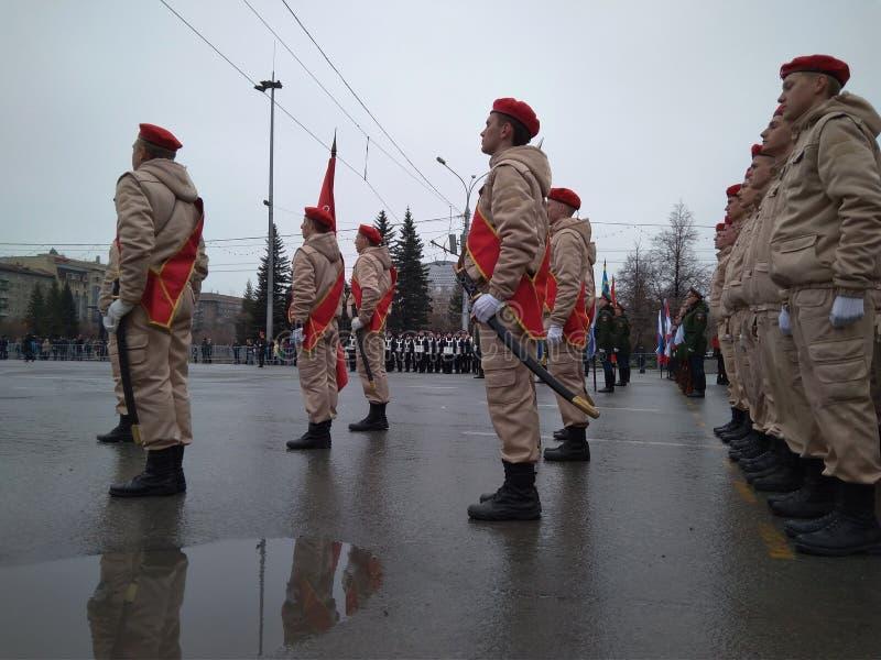 军事的欢乐游行在制服的在列宁广场前进的队伍的新西伯利亚可以9在建筑的制服 免版税图库摄影