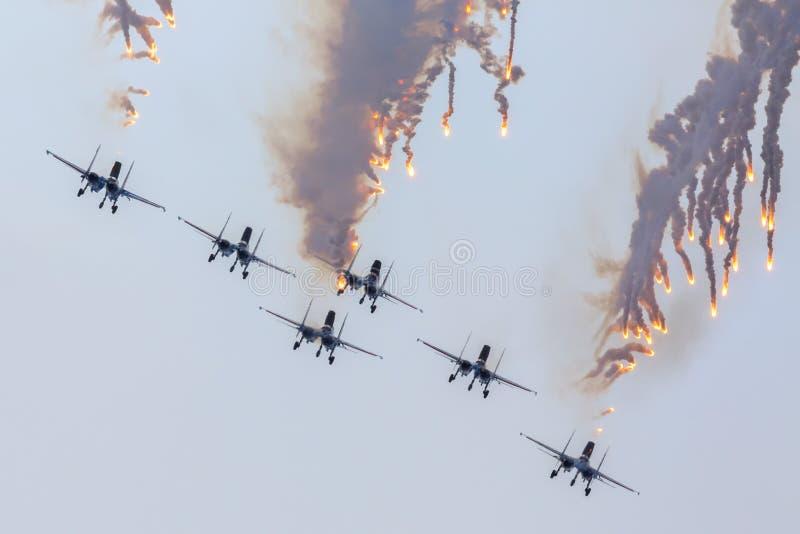 军事空军俄罗斯的航空器苏霍伊Su27执行特技飞行在Airshow俄国人骑士 免版税库存图片