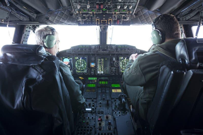 军事载体飞机驾驶舱和飞行员 库存照片
