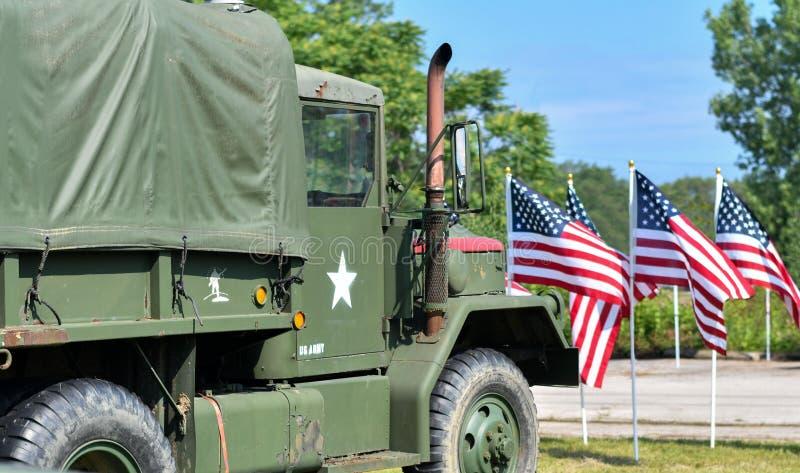 军事运输卡车和美国国旗 库存图片