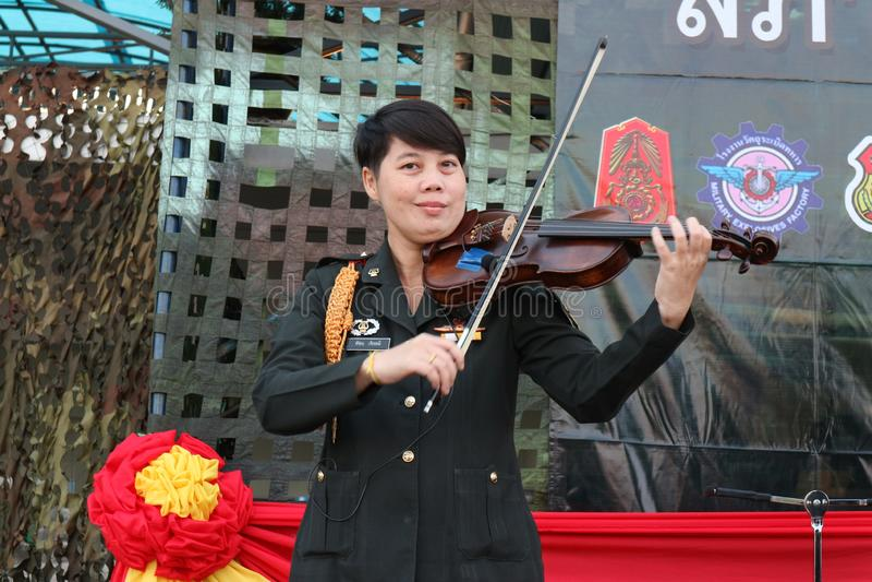 军事音乐家演奏  演奏公众的小提琴室外露台 图库摄影