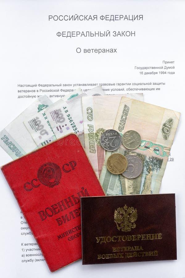 军事ID卡片、经验丰富的ID卡片和退休支付反对俄罗斯联邦的联邦法律关于退伍军人的 免版税库存图片