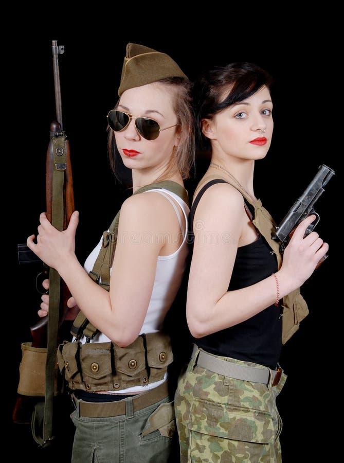 军服的两个相当少妇有枪的 库存图片