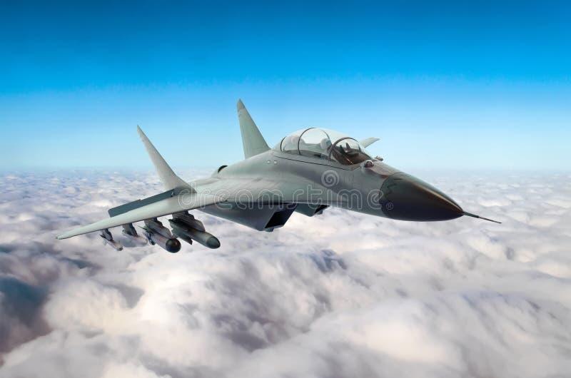 军用喷气式歼击机在云彩上的天空飞行 免版税库存照片