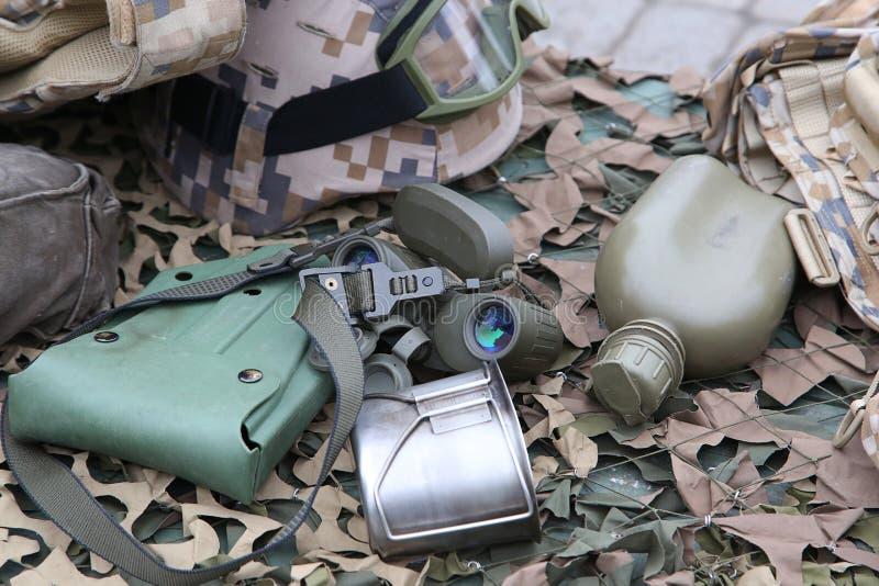 军用烧瓶,罐和双筒望远镜 免版税库存图片