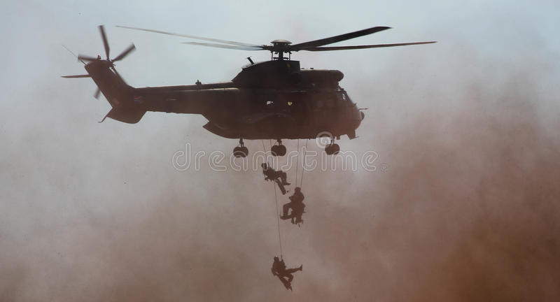 军用由绳索的直升机滴下的队伍 图库摄影