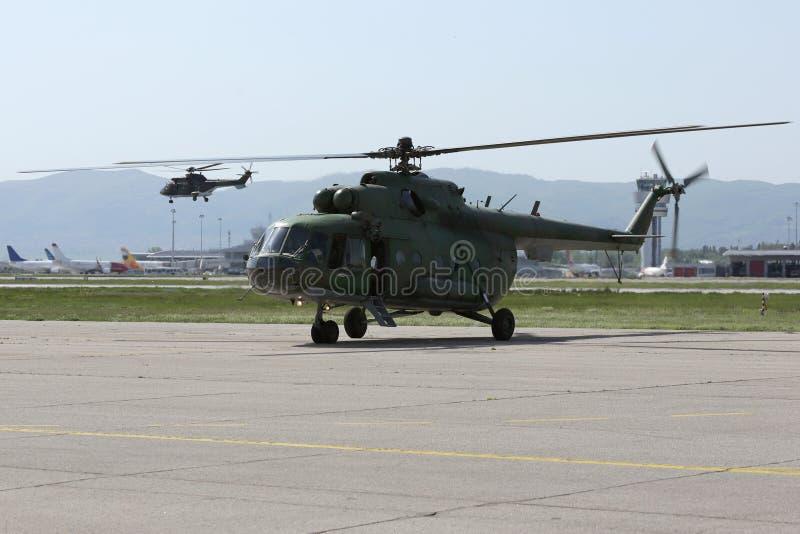 军用直升机在机场 库存图片