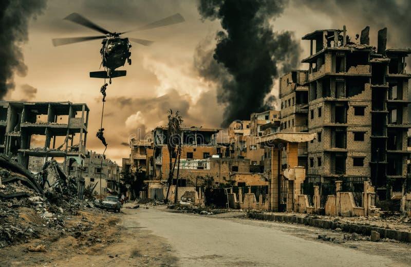 军用系住在被毁坏的城市的直升机和力量 库存照片