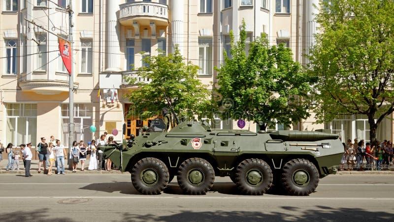 军用设备游行以纪念胜利天 Bolshaya Sadovaya街道,顿河畔罗斯托夫,俄罗斯 2013年5月9日 库存图片