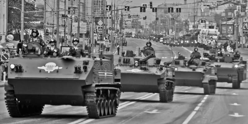 军用设备的专栏在城市街道、黑色和w上的 库存图片