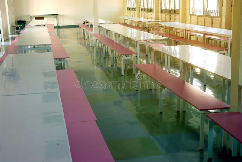 军用餐具内部在学校 库存图片