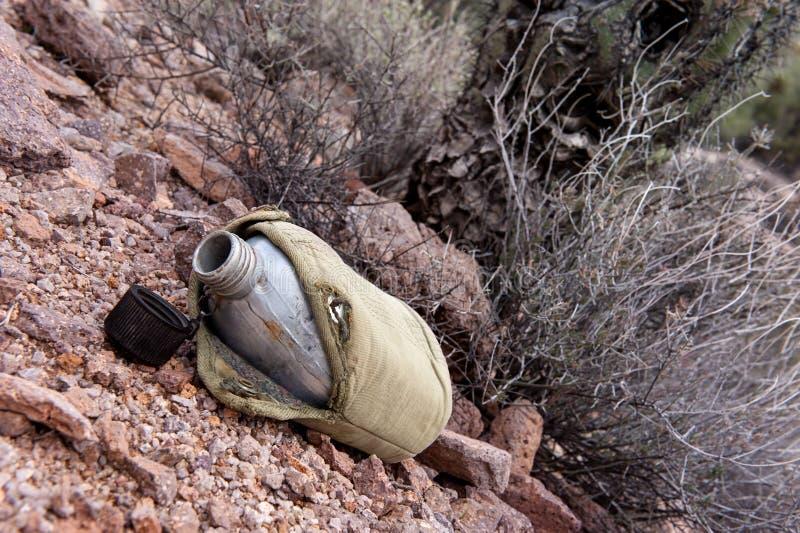 军用餐具在沙漠 免版税库存照片