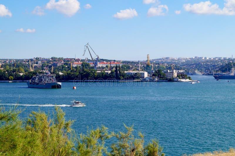 军舰和在俄国海军的那天塞瓦斯托波尔港口城市的看法 克里米亚 免版税库存照片