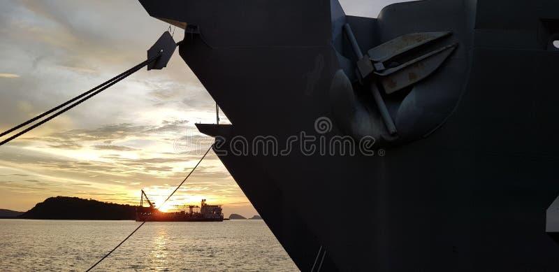 军舰相接在有岸小船的港口在背景中 图库摄影