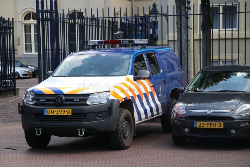 军警安全在Noordeinde宫殿在海牙,威廉亚历山大国王运作的宫殿的后面的  图库摄影