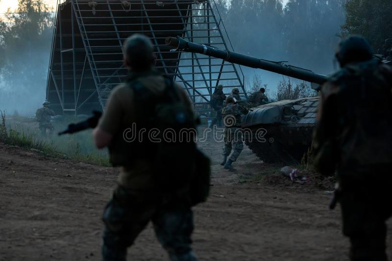 军队战士在军事行动时 战争、军队、技术和人概念 库存图片