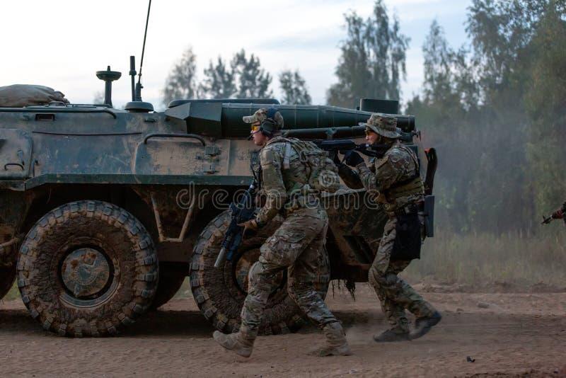 军队战士在军事行动时 战争、军队、技术和人概念 免版税图库摄影