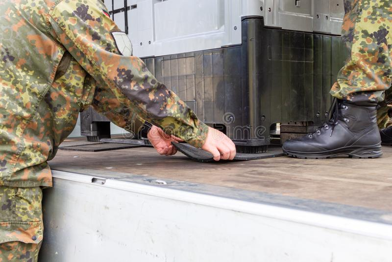 军队战士抨击了与抨击材料的货物 库存图片