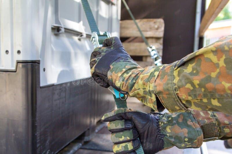 军队战士抨击了与抨击材料的货物 免版税图库摄影