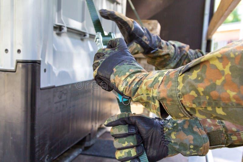 军队战士抨击了与抨击材料的货物 库存照片