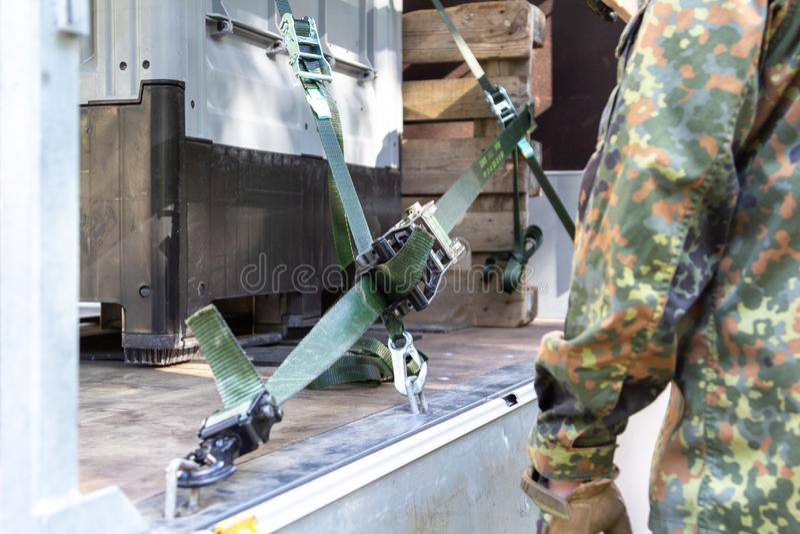 军队战士抨击了与抨击材料的货物 免版税库存照片