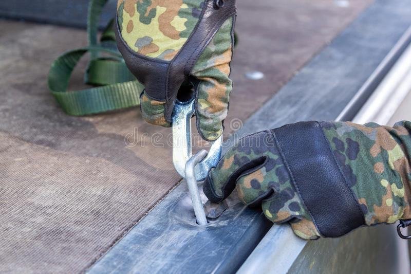 军队战士抨击了与抨击材料的货物 图库摄影