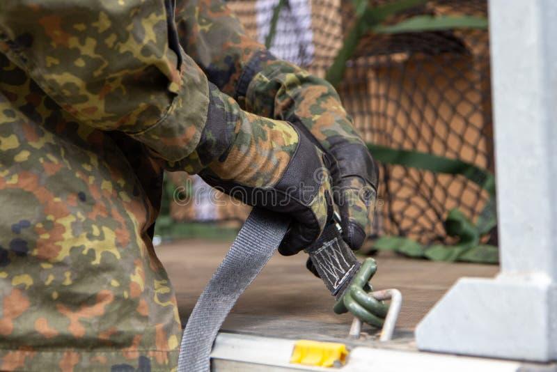 军队战士抨击了与抨击材料的货物 免版税库存图片
