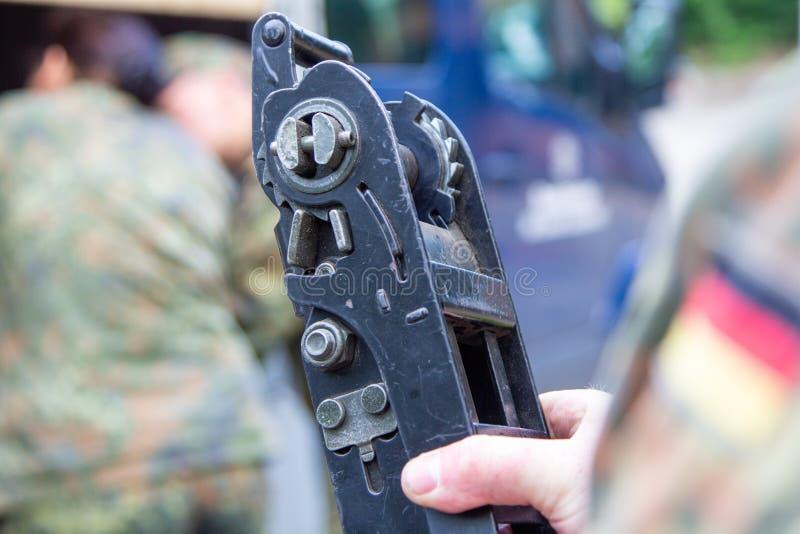 军队战士拿着一个抨击的棘轮 图库摄影