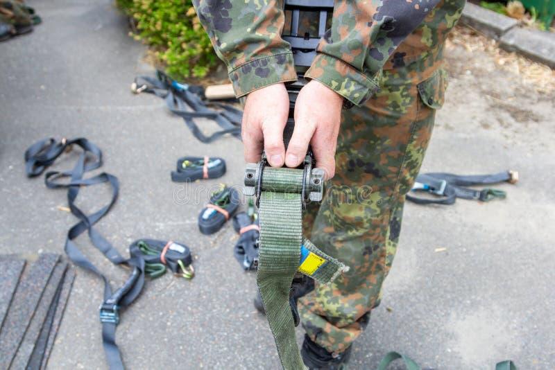 军队战士拿着一个抨击的棘轮 免版税库存图片
