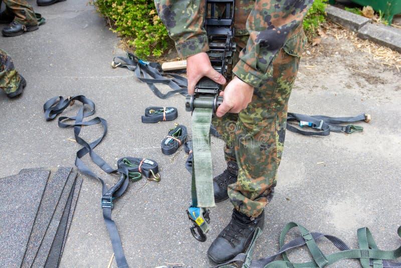 军队战士拿着一个抨击的棘轮 库存照片