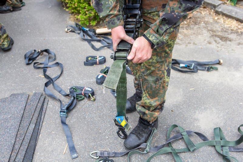 军队战士拿着一个抨击的棘轮 免版税库存照片