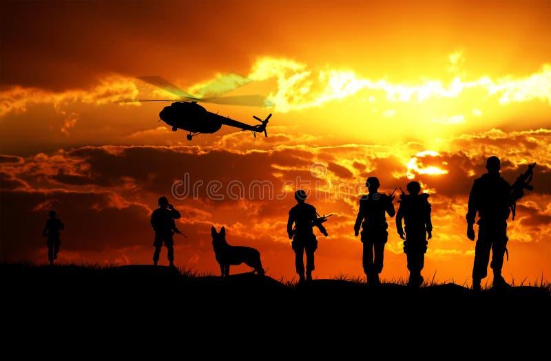 军队战士着陆日落的 免版税库存图片