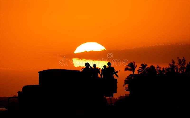 军队战士着陆日落的 库存图片