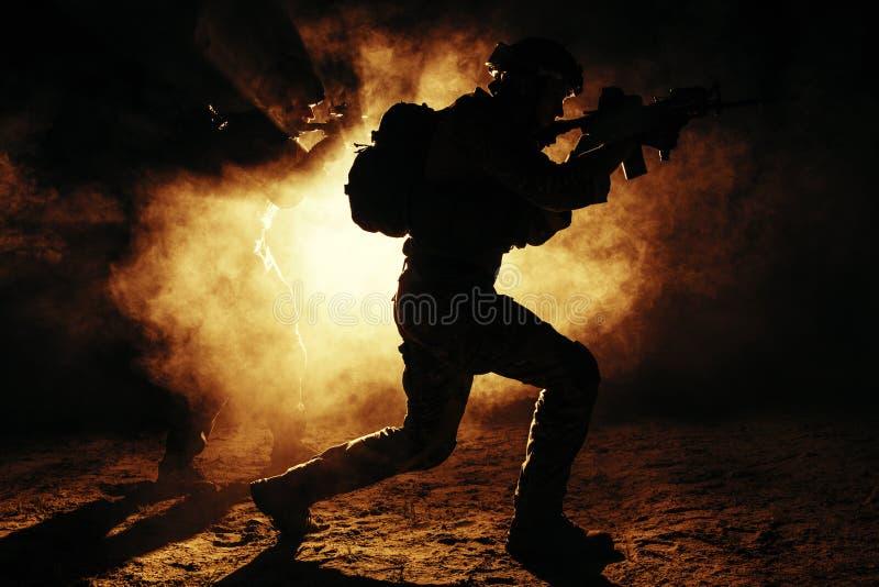 军队战士攻击 免版税图库摄影