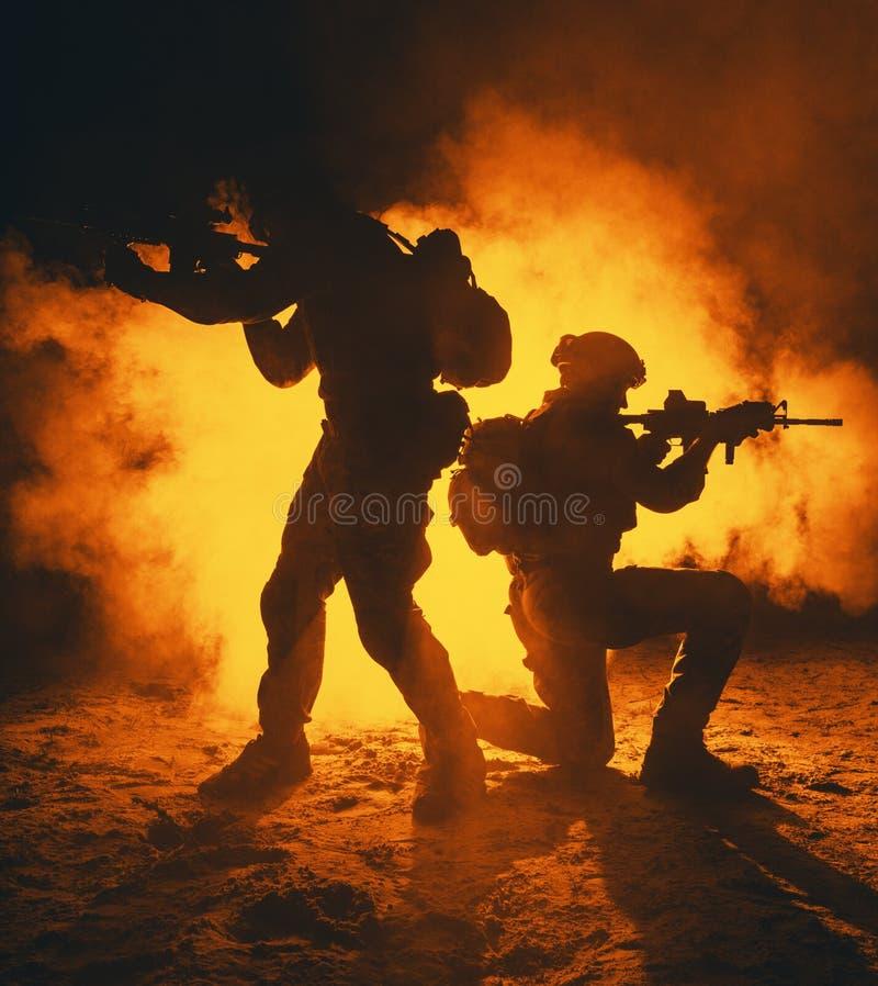 军队战士攻击 免版税库存图片