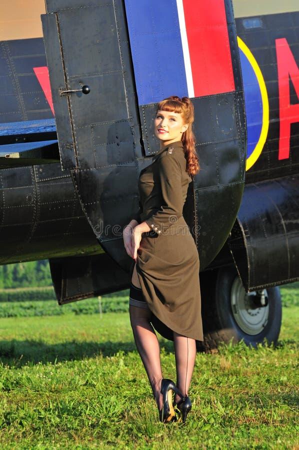 军队有WWII轰炸机的画报女孩 图库摄影