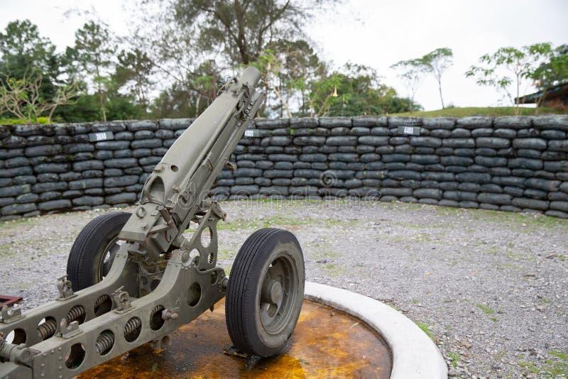 军队火炮灰浆大炮4 在军用凸轮的2英寸枪 库存图片